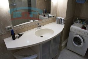 Столешница из камня в ванну с интегрированной раковиной