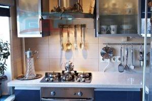 Камень в орраниченном кухонном пространстве