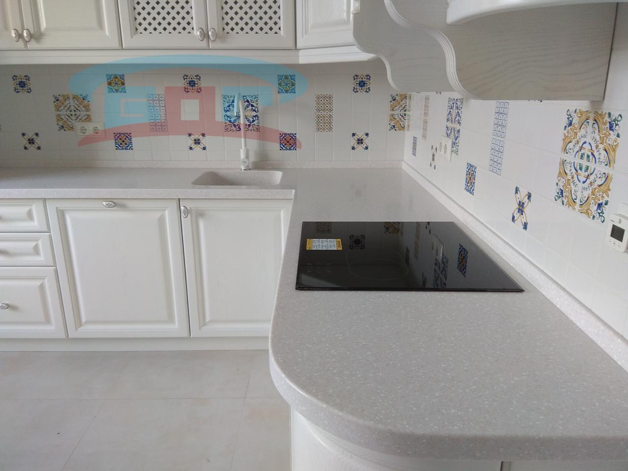 Г-образная кухонная столешница из искусственного камня
