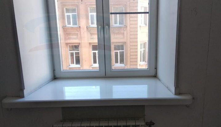 Подоконник из искусственного камня в квартире