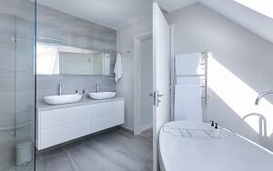 Столешница в ванную из искусственного материала под мойку