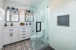 Бежевая столешница в ванную комнату с износостойкой поверхностью