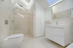Столешница в ванную из искусственного материала над ванной